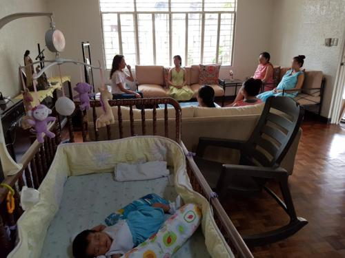 The single mothers during a session with a volunteer therapist